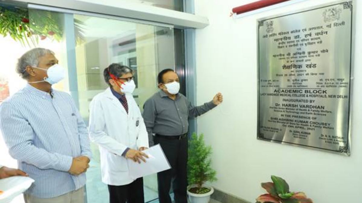 Dr. Harsh Vardhan Reviews COVID Facility at Lady Hardinge Medical College